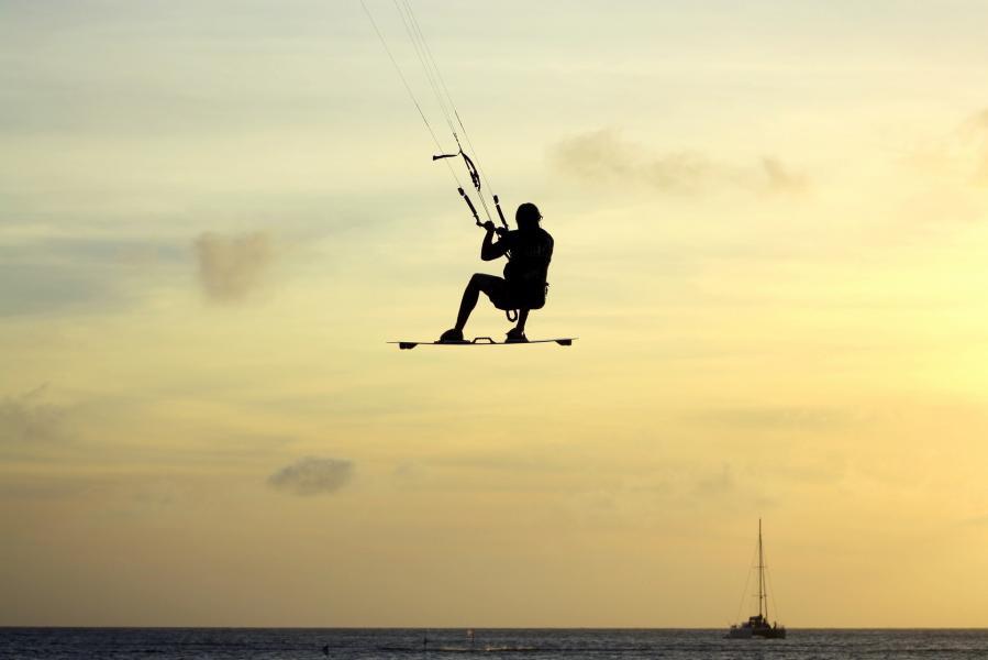 Kitesurfing dla początkujących. Co to jest, od czego zacząć i co trzeba wiedzieć o kitesurfingu? - Atrakcje.pl